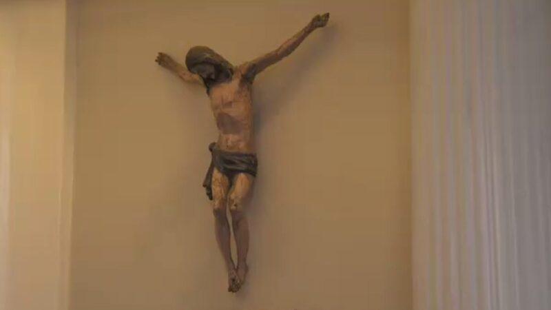 """Carl-Johan är inte ett dugg religiös men har ändå Jesus hängandes på väggen. """"Församlingen som var här glömde bort att avkristna kapellet så det är mycket Gud närvarande, och vi trivs väldigt bra ihop."""""""