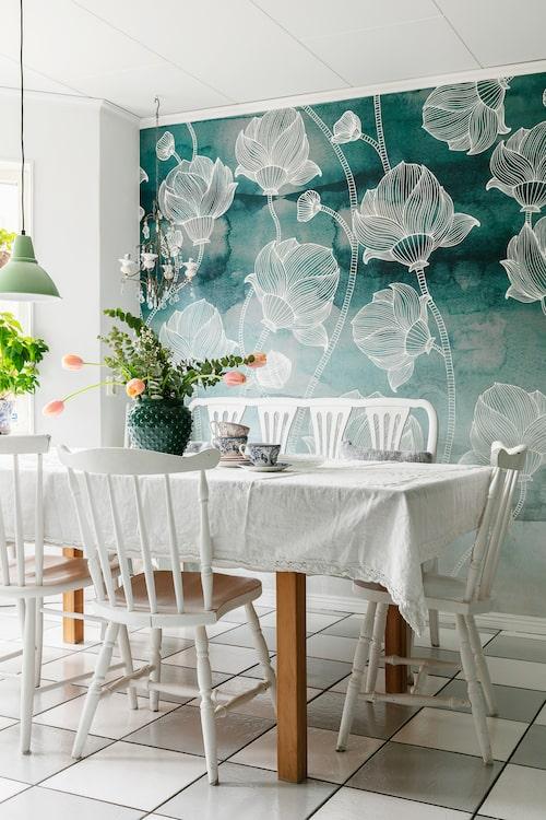 Den vackra tapeten i köket heter Watercolor Garden och kommer från Mr. Perswall. De äldre stolarna runt det rymliga köksbordet kommer från Mias pappa.