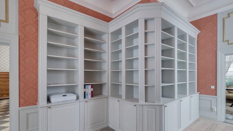 Platsbyggda bokhyllor syns på flera ställen.