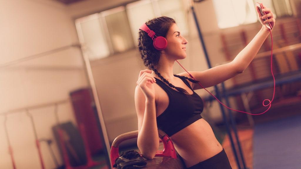 Älskar du att ta gymselfies? Var försiktig med sminket i så fall.
