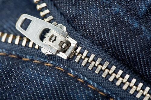 Stänger du inte dragkedjan i dina kläder innan du tvättar dem kan de bland annat orsaka hål i andra kläder.