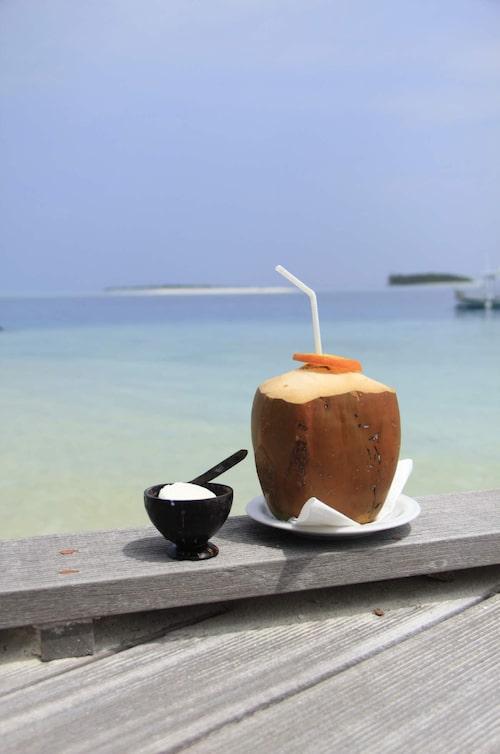 Ta en drink på stranden.