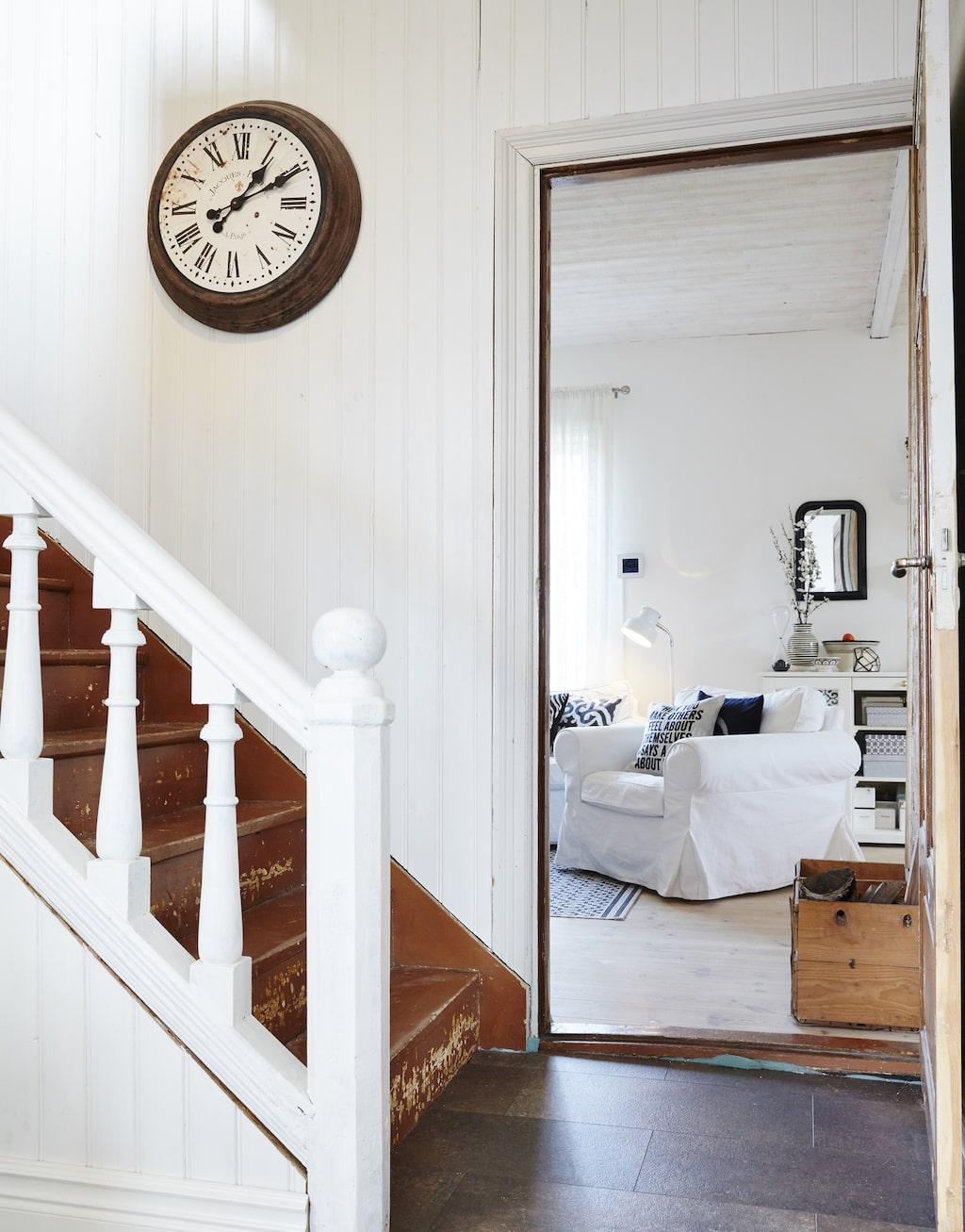 Trappan till övervåningen har fått behålla sin charmiga patina. Klockan i trappen kommer ifrån Malins butik.
