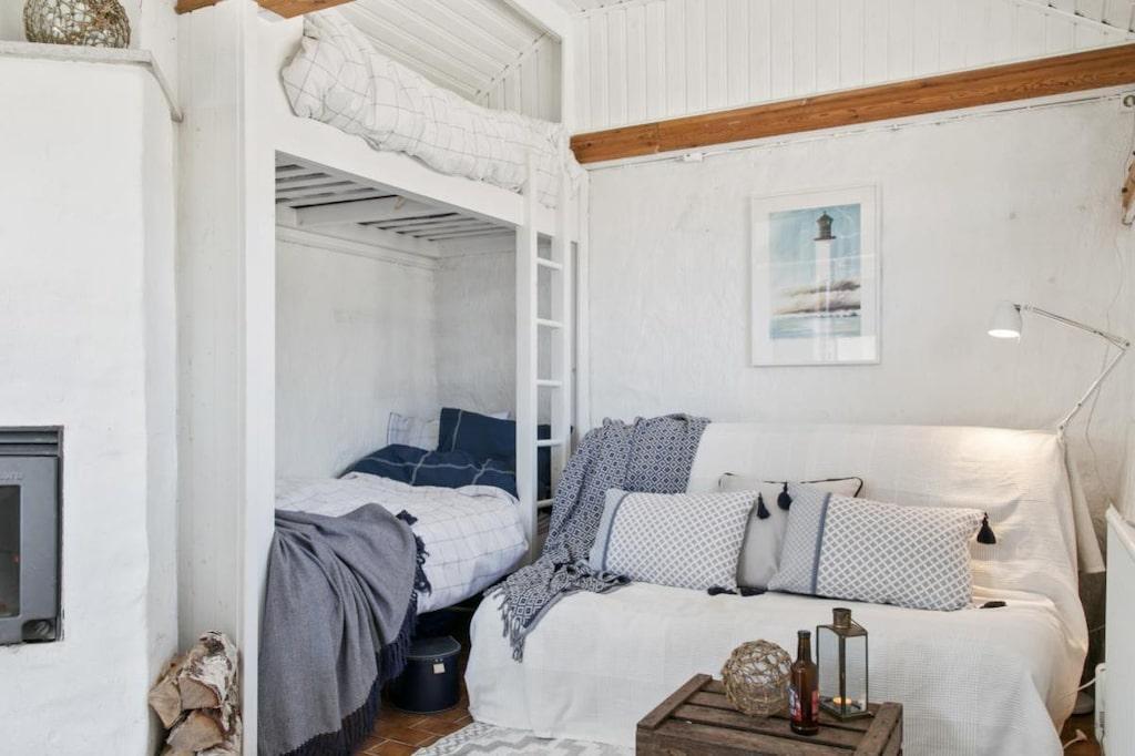 Vit puts pryder väggarna inne i den 17 kvadratmeter stora boden och känner man för ett tupplur kan man lägga sig någon av sängarna i den platsbyggda våningssängen.