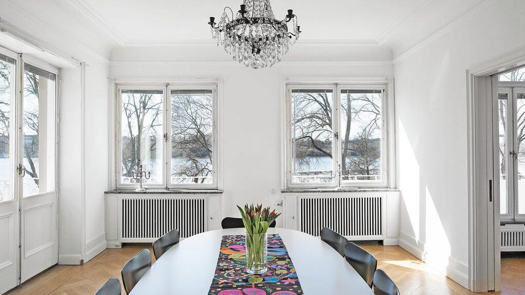 Via skjutdörrar kommer man till matsalen som är på nästan 30 kvadratmeter med plats för stora middagssällskap.