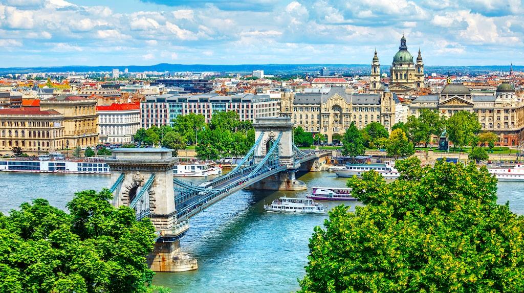 Budapest är en perfekt weekendstad. I förgrunden Kedjebron över Donau.