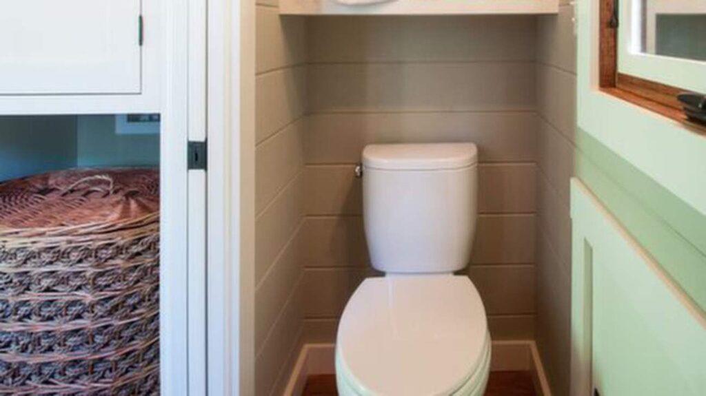 Det lilla badrummet i husets ände.