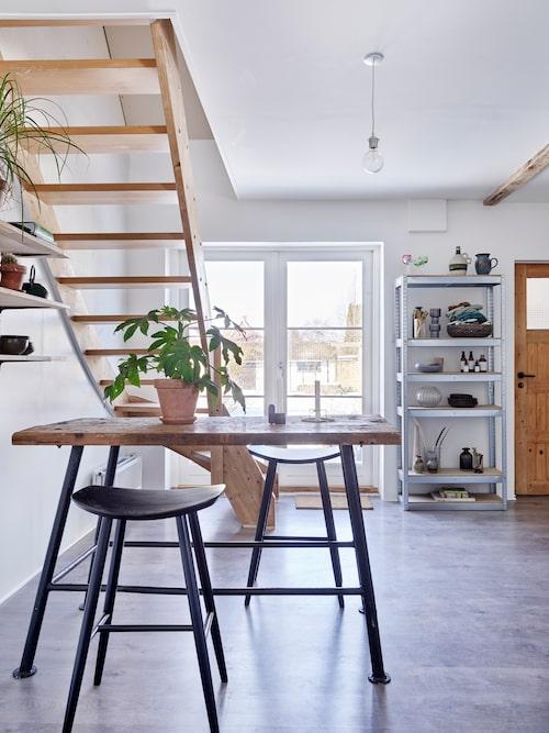 De dubbla altandörrarna i köket står ofta öppna under sommaren. Hyllan är en gammal verkstadshylla som Fie har rustat upp.