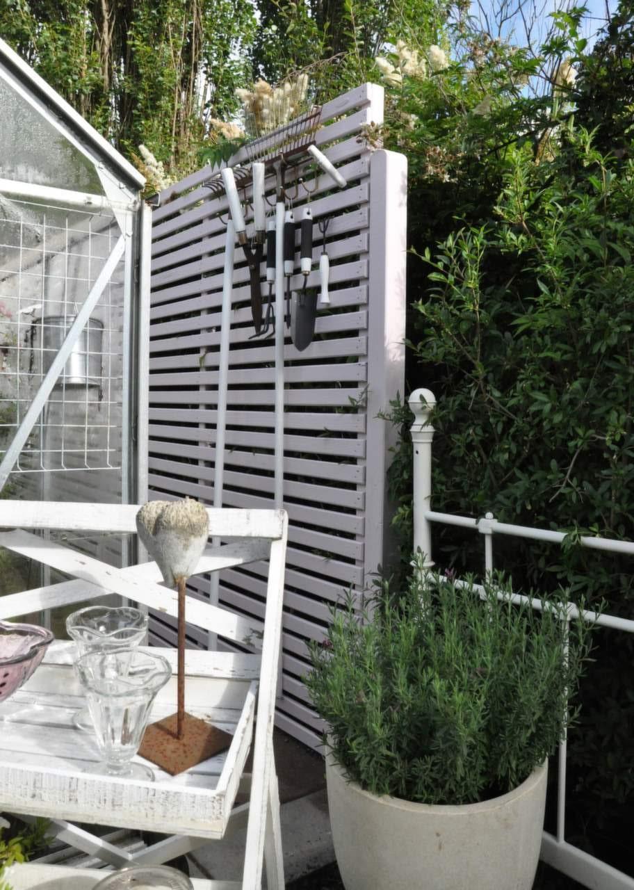 Plank i rosa<br>På bara ett par timmar bygger man ett enkelt plank intill uteplatsen. Planket ger en mysig hörna i lä för vinden. Skruva liggande träribbor mot två stående reglar som monterats i fastgjutna stolpar.<br>Prova att ta ut svängarna vid färgsättningen. Hitta en kulör som passar bra i omgivningen. Detta träplank är målat i kulören Rosenvatten, som finns i Nordsjö´s sortiment.<br>Foto: Nordsjö Idé &amp; Design