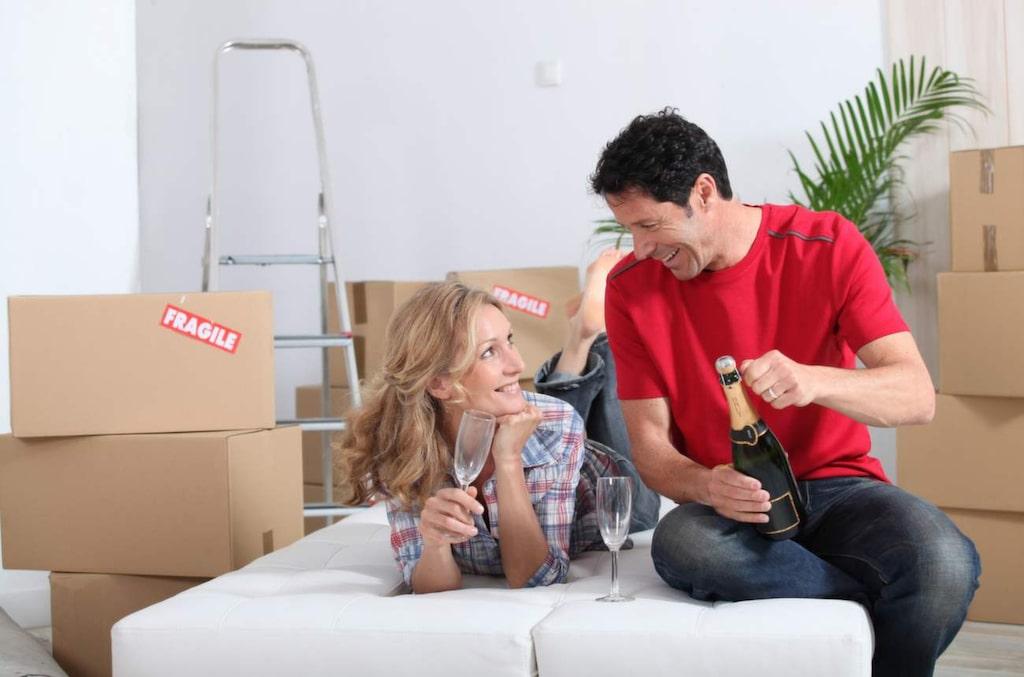 Du må vara lycklig över din nyinköpta lägenhet, och vill påbörja renovering direkt. Men se till att du frågar bostadsrättsföreningen om lov innan du sätter igång med ett renoveringsprojekt.