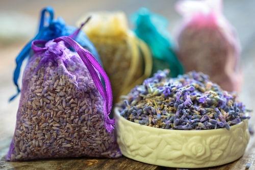 Att tillverka doftpåsar av lavendel är enkelt.