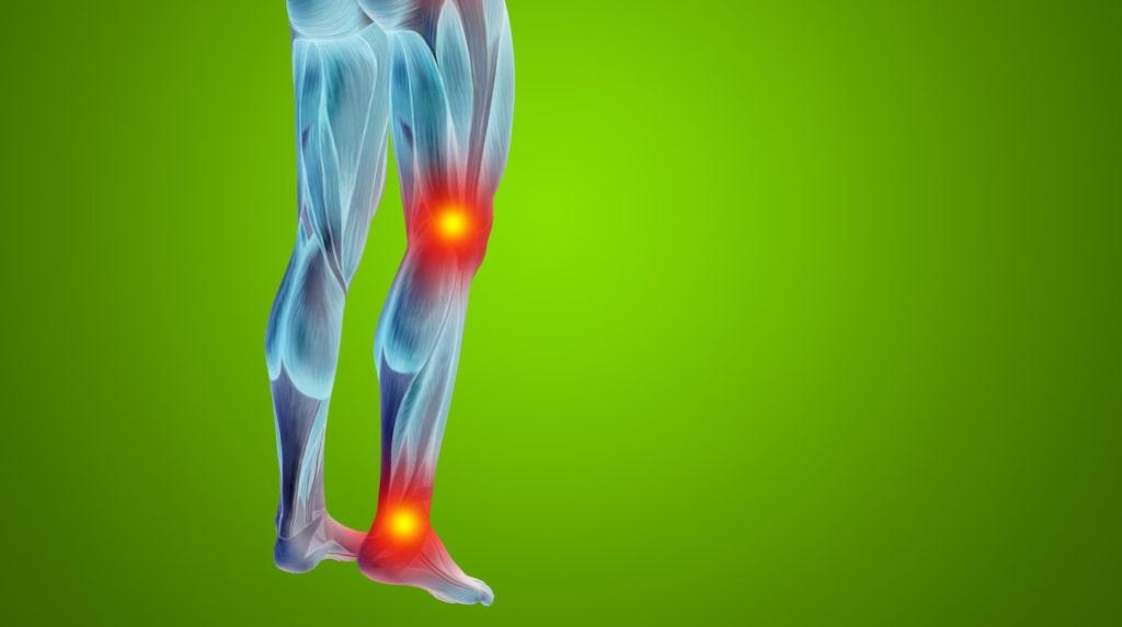 Till en början kommer smärtan när du rör dig och vid belastning men allt eftersom kan du få ont även i vilande tillstånd.