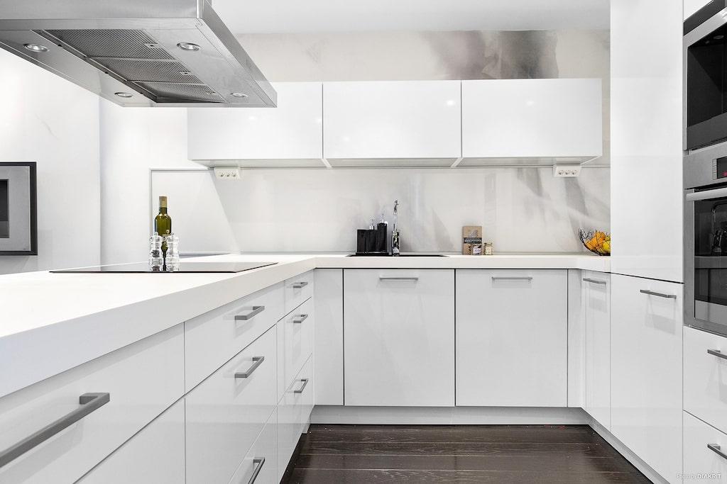 Köket är utrustat med integrerad diskmaskin, köksfläkt, kaffemaskin, induktionshäll samt integrerad kyl/frys. Vidare finns varmluftsugn och mikrovågsugn i praktisk arbetshöjd. Inbyggd vinkyl Liebherr med dubbla temperaturzoner.