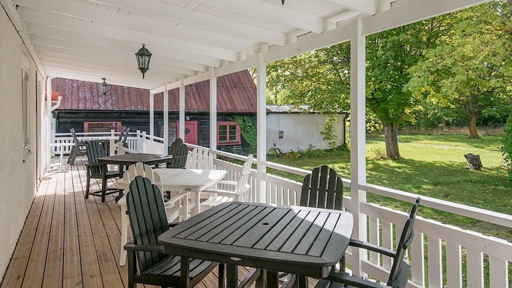 <p>På baksidan finns en veranda med uteservering.</p>