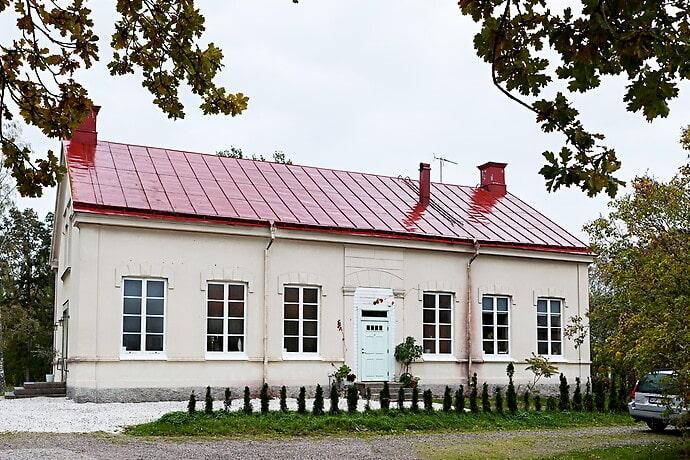 Till skillnad från många andra svenska missionshus är det i Österåker utanför Vingåker byggt i sten i stället trä.