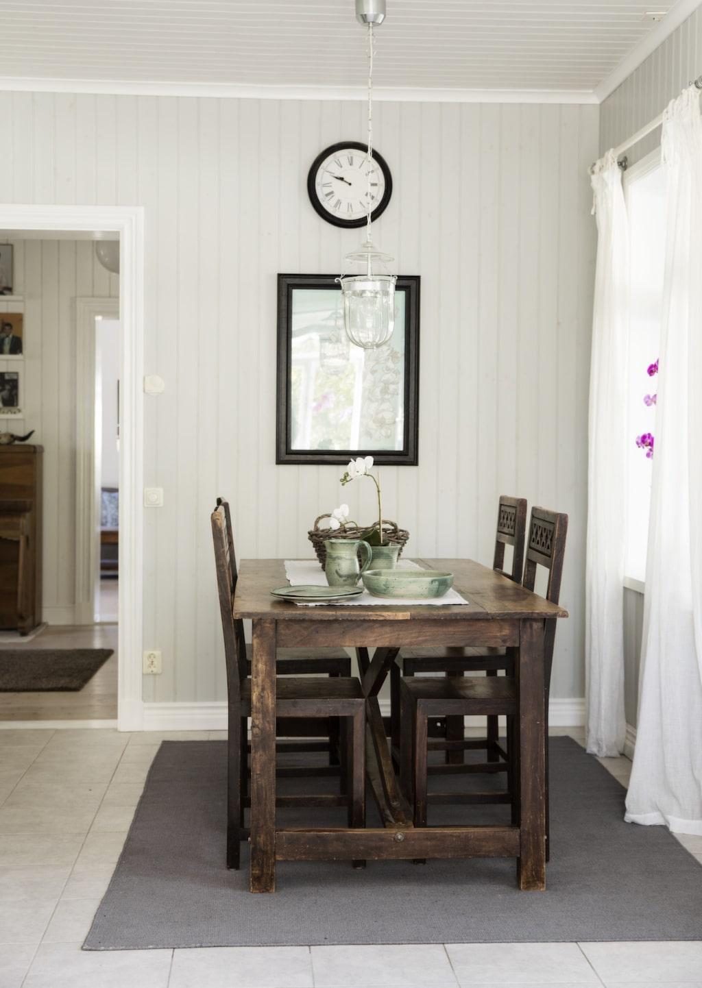Matrumsmöbeln kommer från Indiska. Mirjam gillar en vit bas blandat med blå detaljer och mörkt trä, vilket kan ses i hela huset.