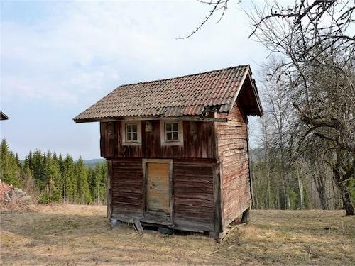 Precis som stolpboden på tomten är huset i behov av renovering.
