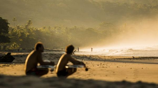 Surfarna laddar för att ge sig ut i morgontimmarnas vågor i Costa Rica.