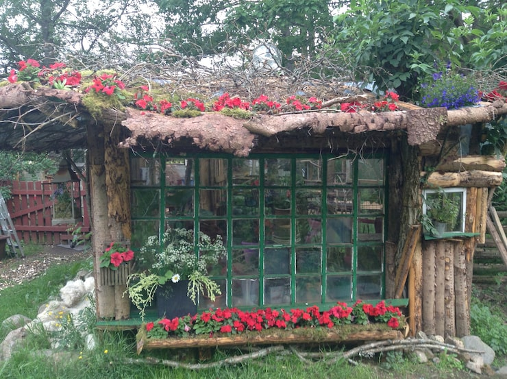 """Hon hämtade inspiration från sin gamla kolonilott där de hade liknande fönster som staket: """"Det tyckte jag var jättefint""""."""