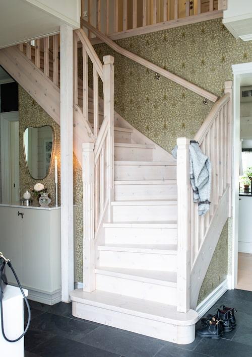 I hallen förstärks sekelskifteselementen i huset med en tapet från William Morris.