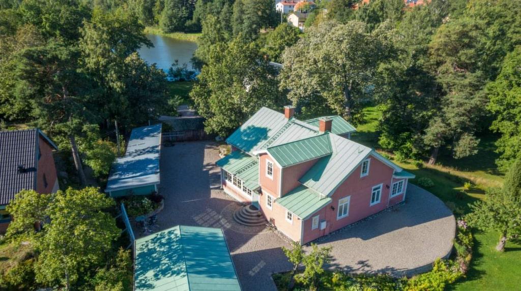 Huset ligger fint vid Eskilstunaån.