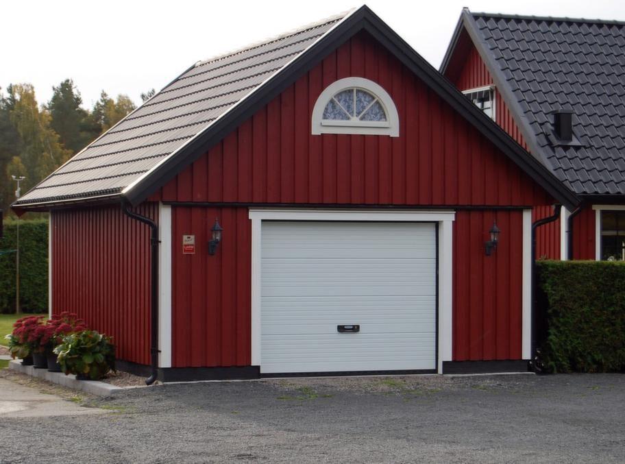 <strong>Har förråd på loftet</strong><br>Garage från Björkliden, modell GL 50, utvändig storlek 505 x 605 centimeter med sadeltak och förråd på loftet. I profilpanel exklusive frakt cirka 90 000 kronor.<br>Info: bjorklidens.se