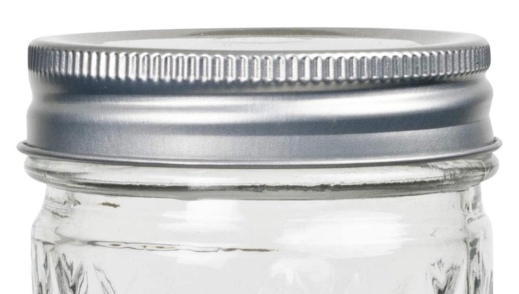Släng & rensa. Gå igenom skafferiet och släng allt gammalt. Köp fina burkar och lådor till förvaring av socker och pasta exempelvis och ge skåpet ett lyft. Glasburk, 25 kronor, Lagerhaus.