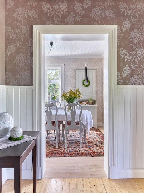 Familjen har behållit den ursprungliga planlösningen med finhall och matsal. Det bidrar starkt till husets gammaldags känsla.