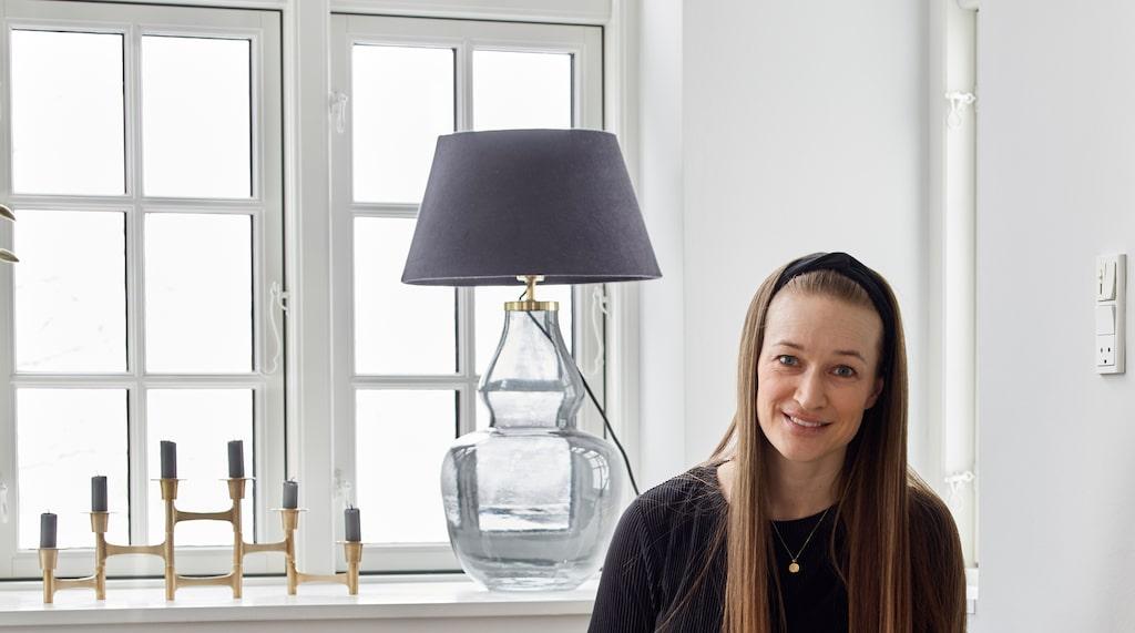 Kristina föll för familjens hus vid första ögonkastet, renoveringsbehov till trots. Burspråket i vardagsrummet har fått en platsbyggd soffa med elementskydd. Det är enkelt att göra själv med mdf-skivor, mönsterplattor och lister.