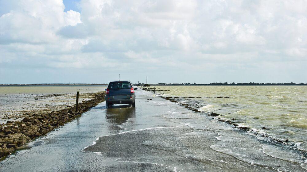 Två gånger om dagen, då tidsvattnet stiger, försvinner vägen under tio meter vatten.