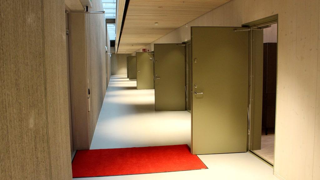 Även korridorerna utanför de nio gästrummen är avskalade och enkla.