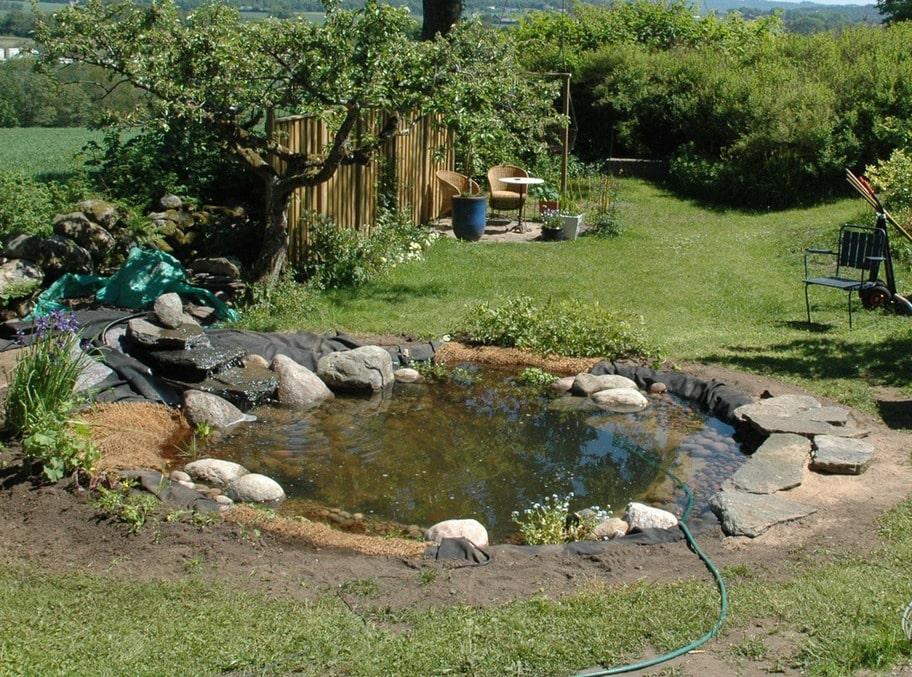 11. NÄSTAN KLART Karet ovanför vattenfallet ska gjutas. Buskar och perenner ska planteras på kullen, perenner och vattenväxter ska planteras vid kanterna.