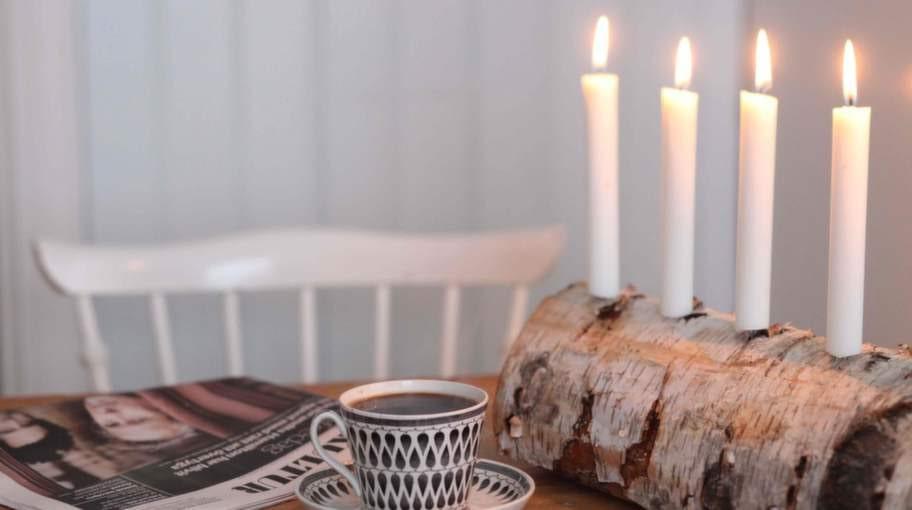 Adventsstaken i form av ett vedträ är en rolig juldekoration.