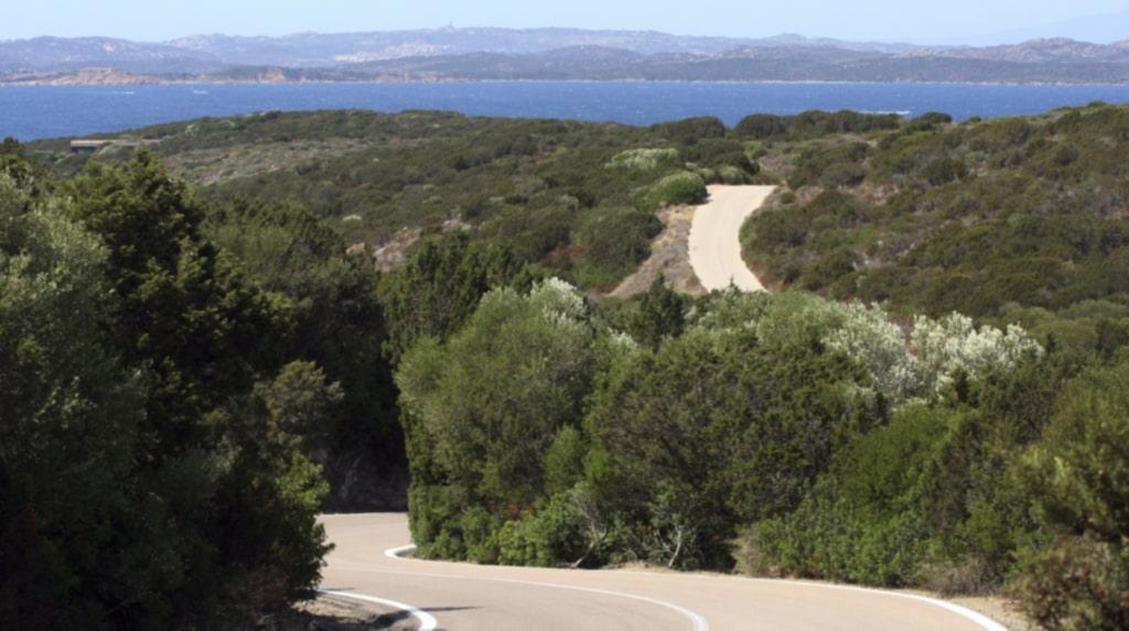 <p>Hyr en bil och kör längs Sardiniens vackra norra kust. Costa Smeralda.<br></p>