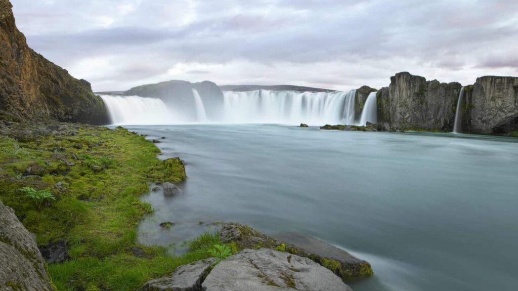 Makalöst vackra vattenfallet Godafoss.