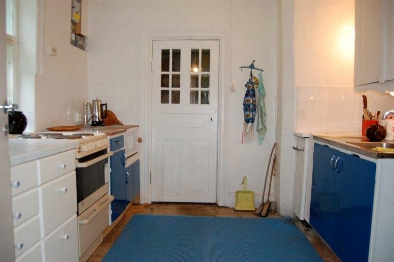 Köket har både elspis och vedspis samt mikro. Kakel över disk- och arbetsbänk, skafferi, kyl och frys. Målade skivor på väggarna och trägolv.