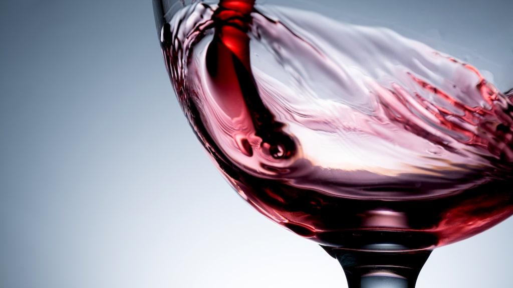 Svaveldoft från ett bag in box-vin kan försvinna om du häller upp det på karaff.