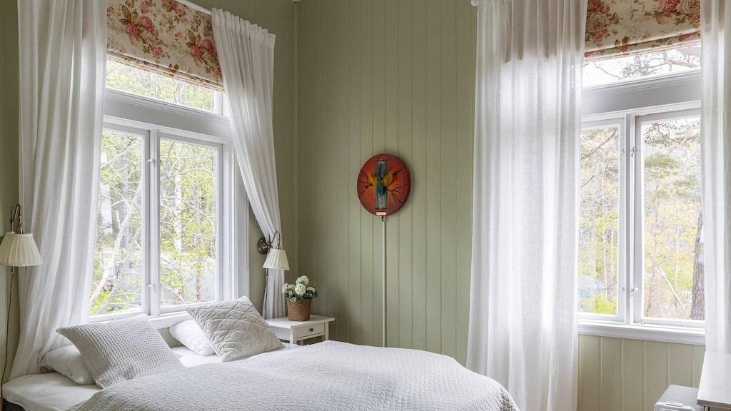 """Ett av väldigt många sovrum i """"minislottet"""" med hela 18 rum."""