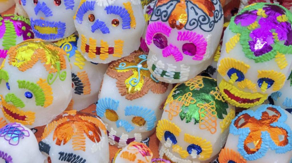 Till firandet hör musik, böner, speciell mat, rökelse, blommor, ljus, foton på de döda och dödskallar i socker med de dödas namn påskrivna.