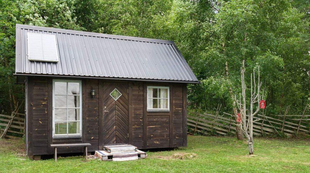 På gården ligger en gäststuga.
