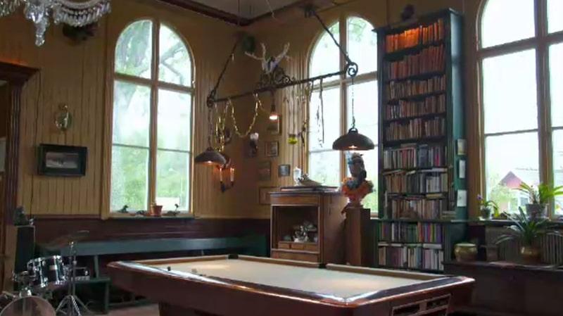 Ett gammalt biljardbord och ett trumset är bara en av alla udda detaljer i det annorlunda kapell-hemmet.