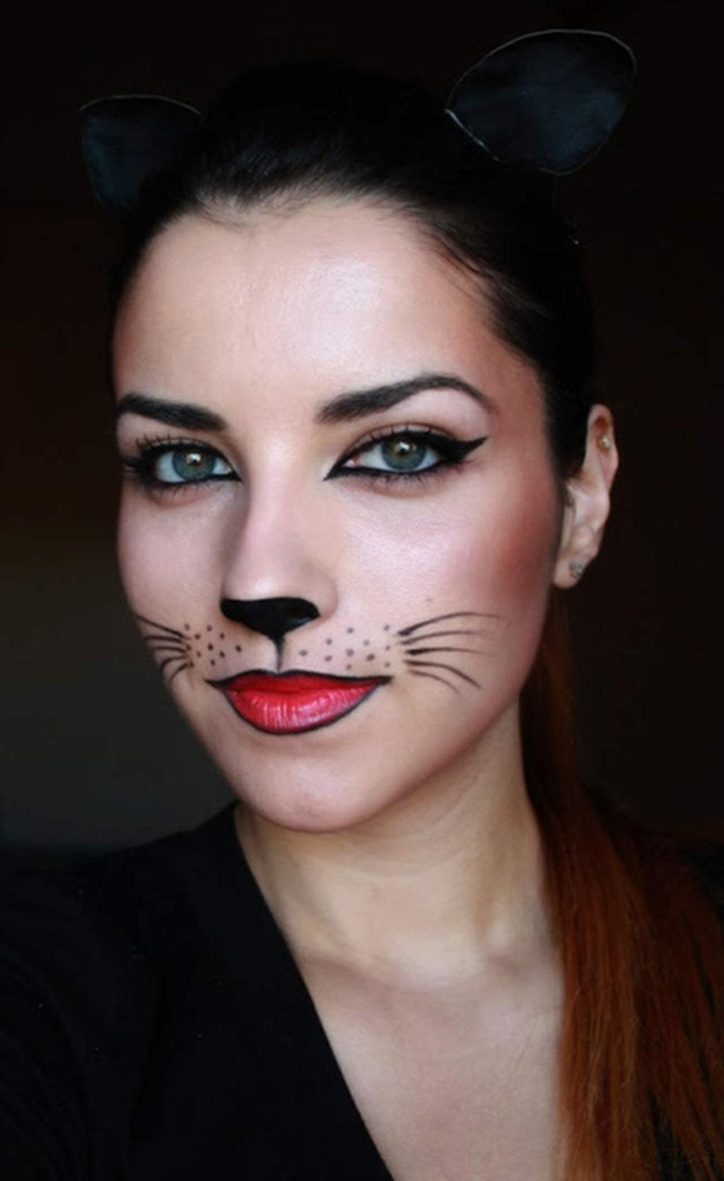 """<p><strong>KATTEN</strong><br>Klassisk look - och enkel att få till. Lägg gärna till ett riktigt rött läppstift för att få till kontrasterna.<br>Bild: <a href=""""http://deea-makeup.blogspot.se/2012/10/halloween-make-up-catwoman.html"""">Deea Make-up</a></p>"""
