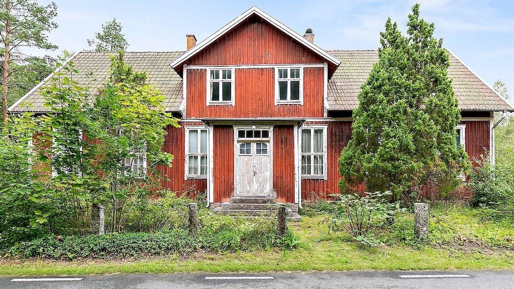 Här är en gammal skola som stått tom i många år. Nu är den till salu för 195 000 kronor.