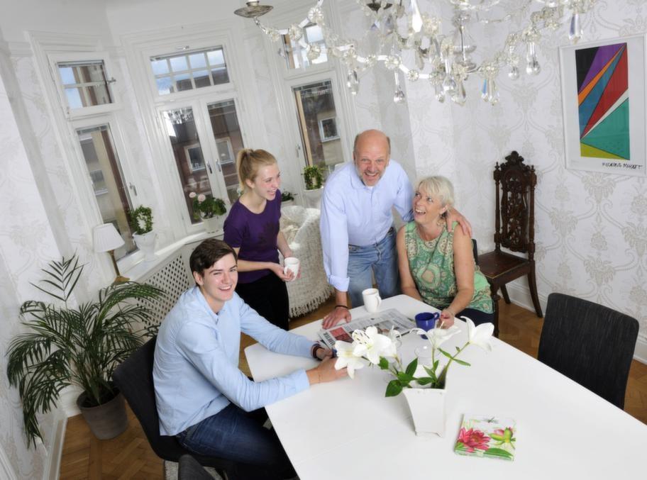 Familjen Sporre<br>Namn: Annika och Thorbjörn, 50, Julia, 19, Kalle, 17.<br>Bor: I lägenhet på 135 kvadratmeter på Hornsgatan, nära Mariatorget, mitt i Stockholm. Bodde tidigare i enplansvilla på 160 kvadratmeter i Bromma Kyrka utanför Stockholm.<br>Gör: Annika är försäkringsmäklare. Thorbjörn är produktmanager. Barnen studerar.