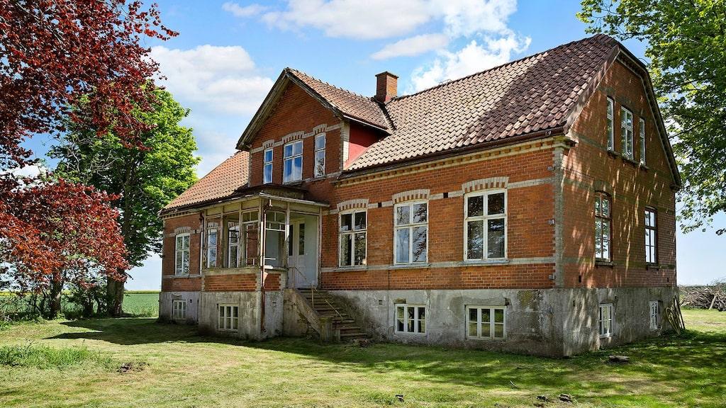 Nu säljs den 106 år gamla gården på Hemnet för 1,8 miljoner kronor.