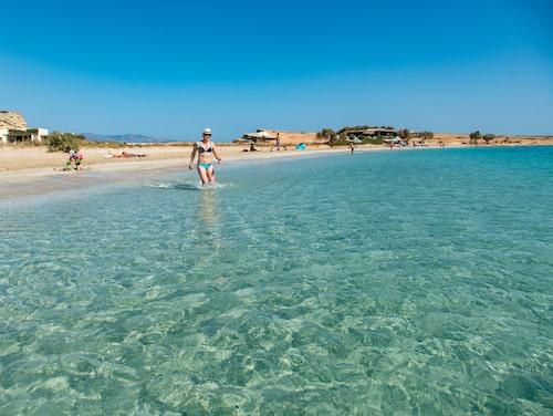 Den vackert månformade stranden Pori beach på östra Koufonissi.