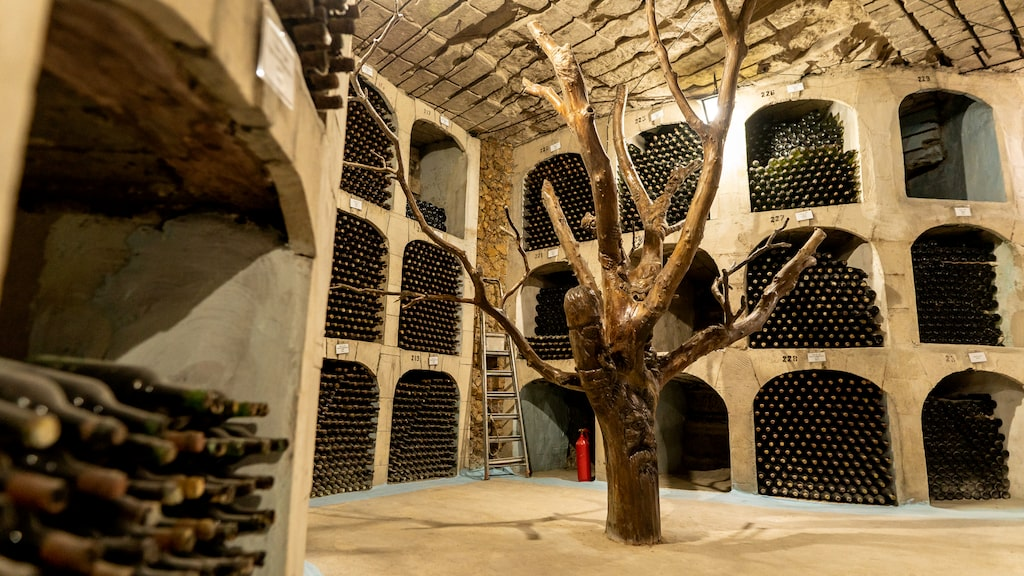 Vinkällaren rymmer två miljoner flaskor vin och är en gammal kalkstensgruva som stängdes på 1960-talet.