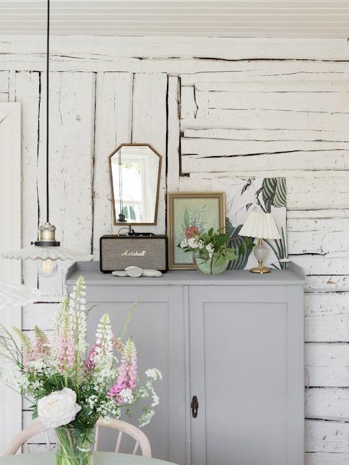 Den gamla timmerväggen ger rummet en rustik känsla.