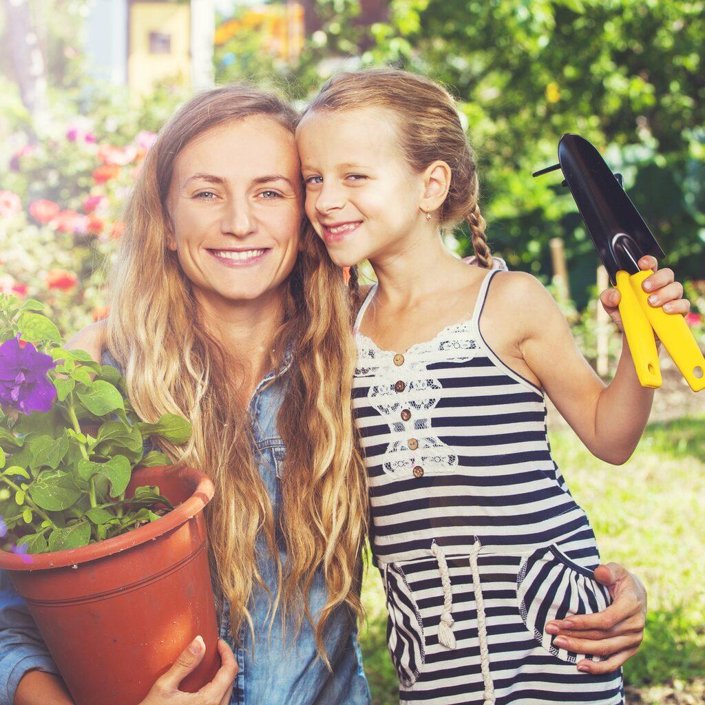 Ta hjälp av barnen när det är dags för rensning i trädgården, de tycker oftast det är kul.