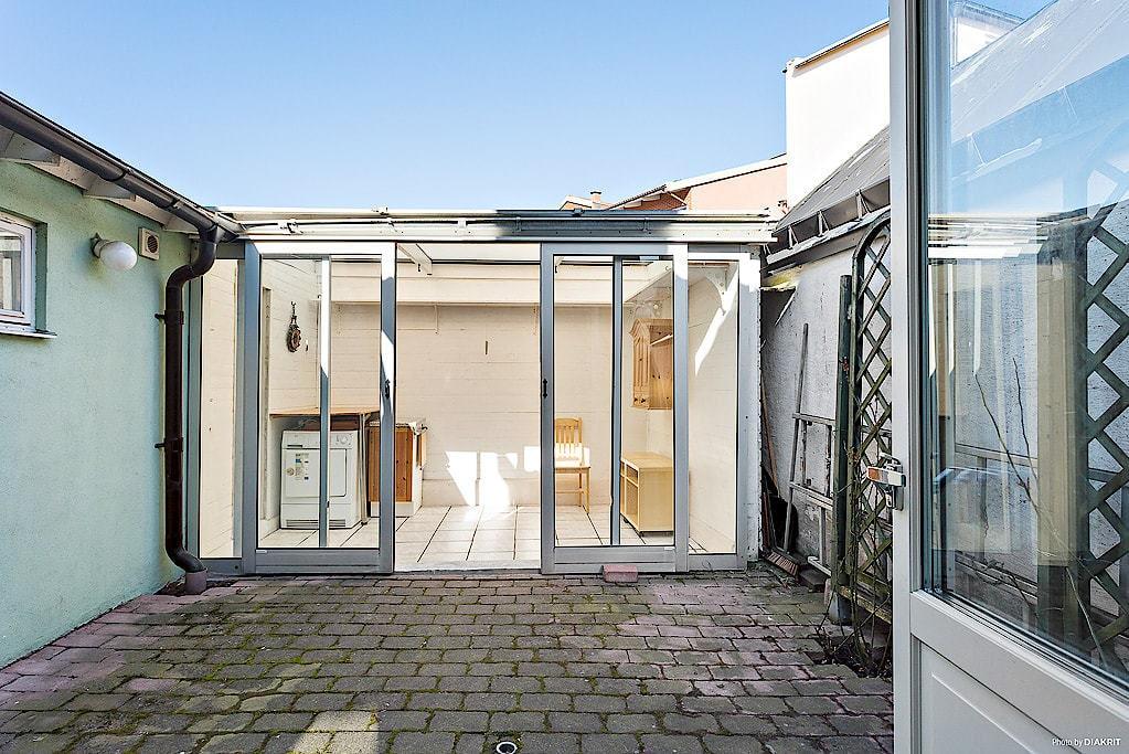 På gården finns ett inglasat uterum på 8 kvadratmeter och ett förråd på 4 kvadrat.